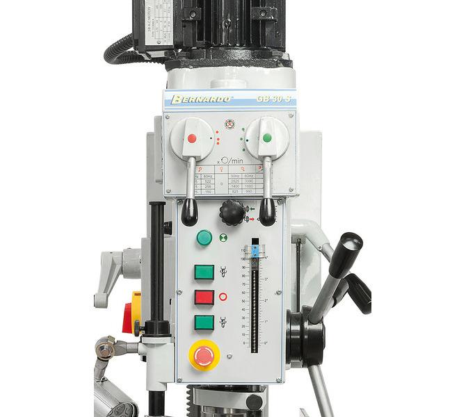 Przejrzyście rozmieszczone elementy przełączające i obsługowe z przodu maszyny.  - 74 - zdjęcie 4