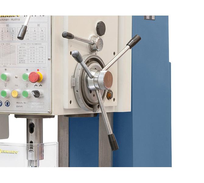 Dostawianie kła za pomocą ręcznego koła, dźwignia do załączania automatycznego sprzęgła posuwu. - 120 - zdjęcie 3