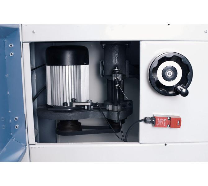 Przez duży otwór z przodu maszyny można szybko i łatwo zmieniać prędkość obrotową. - 1346 - zdjęcie 4